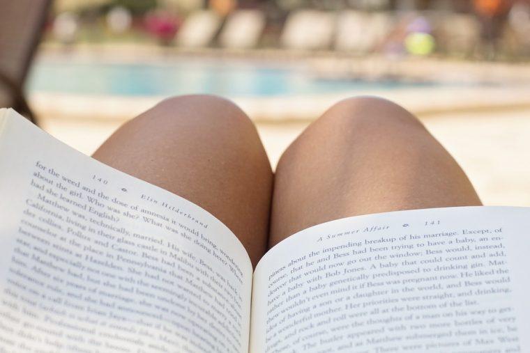 Leyendo en la piscina