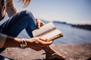 Leyendo junto al mar